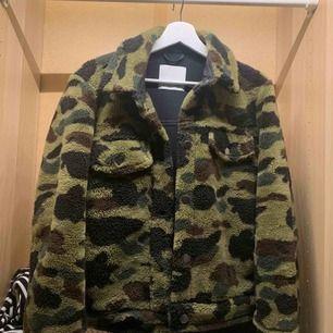 Snygg camouflage jacka från samsoe samsoe, använd max 3 ggr så i bra skick. Kan användas både på vinter/vår och höst. Nypris 1800!