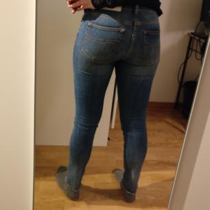 Säljer dessa jättesnygga tiger of sweden jeans då de är för små. Storlek 28/34. Jag är ca 100cm över rumpan och det är där de är för tighta, annars sitter de fint! Nyskick. 300kr inkl frakt.