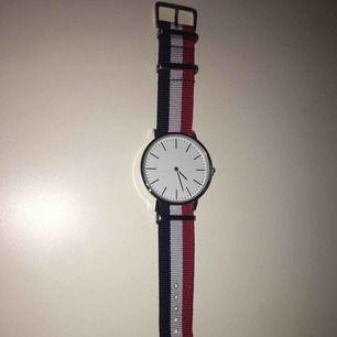 Säljer bort denna fina klocka pga har inte fått någon användning av den. Klockan har inga märken på utan det är damm. Köparen står för frakten. Kan sänka priset vid snabbt köp :)