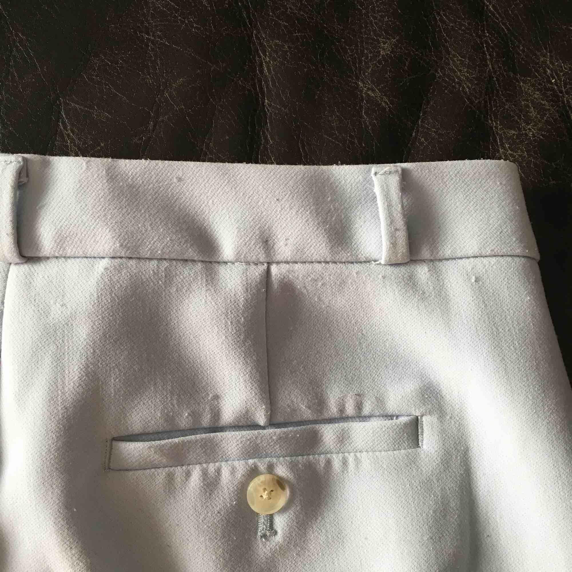 Så fina kostymbyxor köpta på Banana Republic. Färgen är ljusblå/babyblå. Storleken är 4 men skulle säga att de liknar S mest. De är lite noppriga runt midjan (se bild 3) men annars fint skick! Kan mötas upp i Stockholm, annars står köparen för frakten. 😊. Jeans & Byxor.