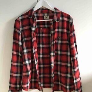 Skjorta från Lee i fint skick! Storleken är M men den passar XS-S också beroende på hur man vill att den ska sitta. Kan mötas upp i Stockholm, annars står köparen för frakten.