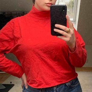 Röd avklippt polo i storlek L, liten sådan. Skickas i Postnords blåa paket som betalas av köparen!