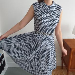 Vintage 50tals klänning i jättefint skick. Knappt använd. One of a kind! Storlek 40 men kan också passa mindre eftersom det finns bälte.