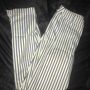 Ett par randiga stretchiga byxor ifrån H&M, korta vid benen. Strl 34
