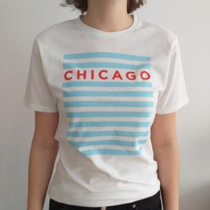Nästan oanvänd tröja från fina staden Chicago. Gott skick. Tolkning på deras flagga.