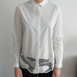 Nästan oanvänd jättesnygg skjorta med speciella detaljer, för mer bilder, skriv gärna! För liten på mig som är L.