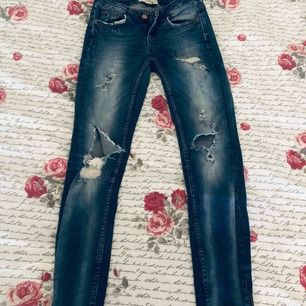 Kristen jeans från Gina Tricot. Strl 26/32. Med dragkedja nere vid benen!