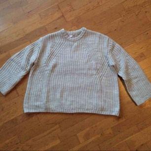Stickad grå tröja som tyvärr var lite för kort på mig, provad 1 gång. Storlek L. Säljes för 200 kr inkl frakt :) skickas endast 🌺