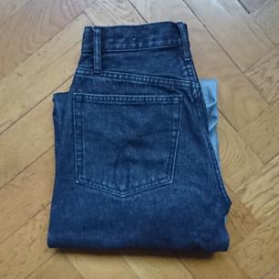 Jeans från Calvin Klein, flared cropped och höga i midjan. Storlek 26/30. Kan frakta!