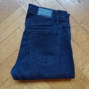 Mörkblå jeans från Calvin Klein, storlek 26/30. Mid waist, slim fit och väldigt stretchiga. Kan frakta.