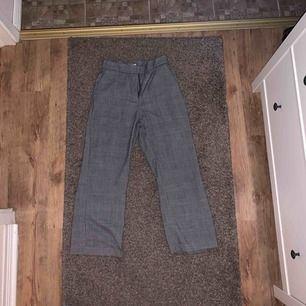 Säljer dessa trendiga rutade byxor från H&M! Supersnygga verkligen, med frakt tillkommer det 50 kr:)