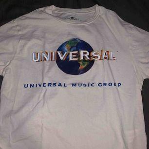 Säljer denna fina Universal tröja från Pull&Bear!! Väldigt skön på! Frakt 50 kr.