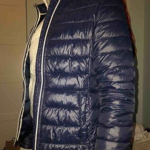 Tunnare dunjacka från vero moda i marinblå. Perfekt till hösten och i början av våren. Den är i väldigt bra skick.