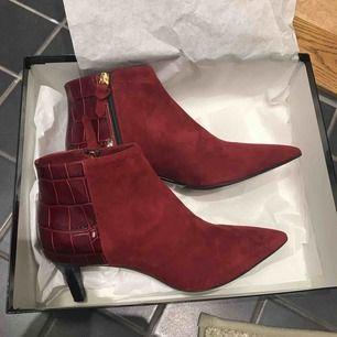 Helt oanvända skor från Marzio, Nybrogatan i Sthlm. i Inköpta nyligen, kvitto kvar. Fortfarande i kartong. Nypris 2150:-  Underbar röd färg.❣️ klackhöjd : 5 cm.   Supersköna!  Möts gärna upp på stan eller skickar.  Lycka till!✨