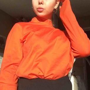 Fin orange tröja i t-shirt material med en liten polokrage! Jag har vanligtvis strl XS-S så på mig är den oversized, blid 2 visar färgen bäst 🧡 Skicket är bra förutom några små fläckar (bild 3) som knappt syns. Frakt tillkommer på 36kr!