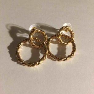 Guldiga örhängen i två ihophängande cirklar. Jättefina men används tyvärr inte så mycket att det är värt platsen de tar upp. Hoppas att de istället kan vara till nytta för någon annan🥰