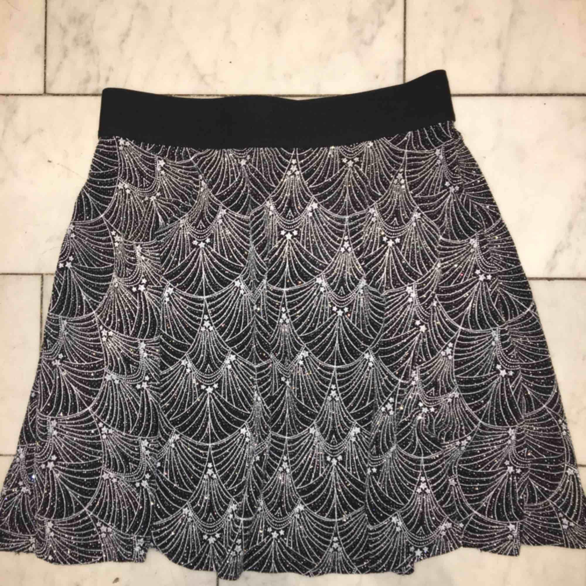 En svart-glittrig kjol med stjärnor✨✨Endast använd en gång och i superfint skick!⚡️⚡️. Kjolar.