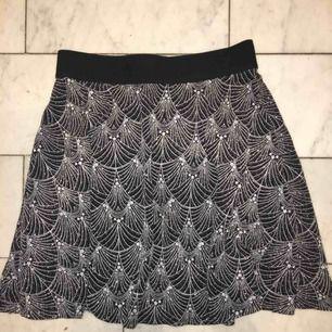 En svart-glittrig kjol med stjärnor✨✨Endast använd en gång och i superfint skick!⚡️⚡️
