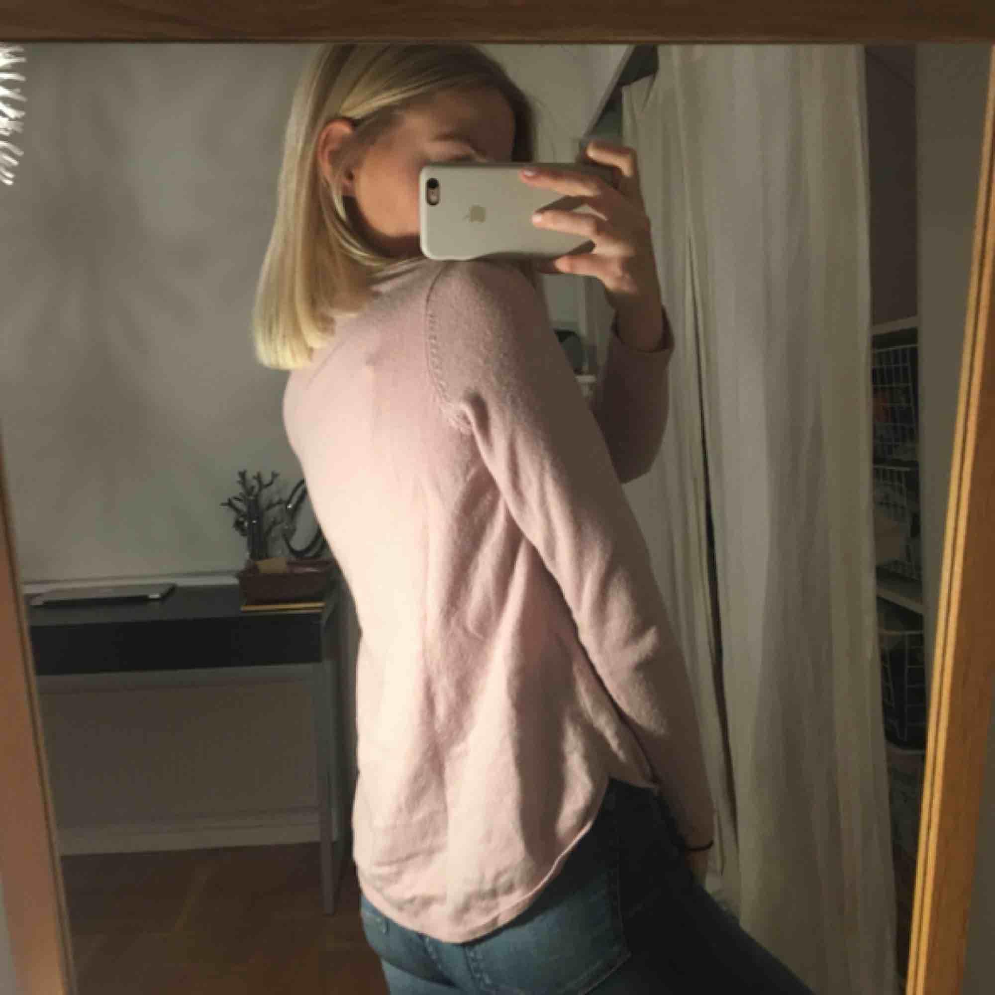 En ljusrosa långärmad tröja ifrån Gina Tricot. Lite längre där bak. I fint skick!🌸🌸🌸🌸. Tröjor & Koftor.