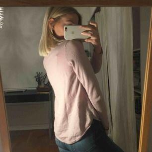 En ljusrosa långärmad tröja ifrån Gina Tricot. Lite längre där bak. I fint skick!🌸🌸🌸🌸