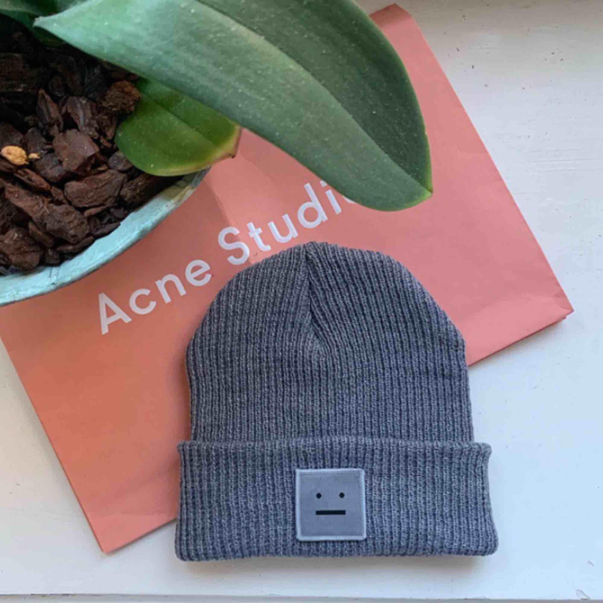 Acne studios mössa i fint skick! 🌿 Fick i julklapp så har inte kvittot men sparat påsen! . Accessoarer.
