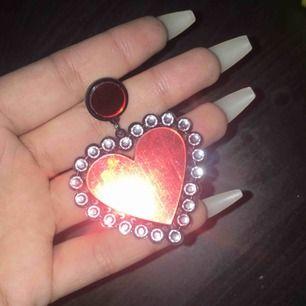 Oanvända örhängen som är relativt stora med röda hjärtan 💗