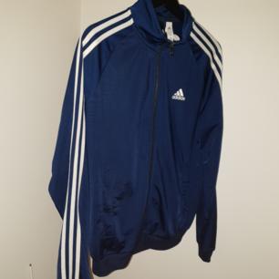 Adidas tröja cond: 8/10 Marinblå Priset kan diskuteras vid snabbaffär