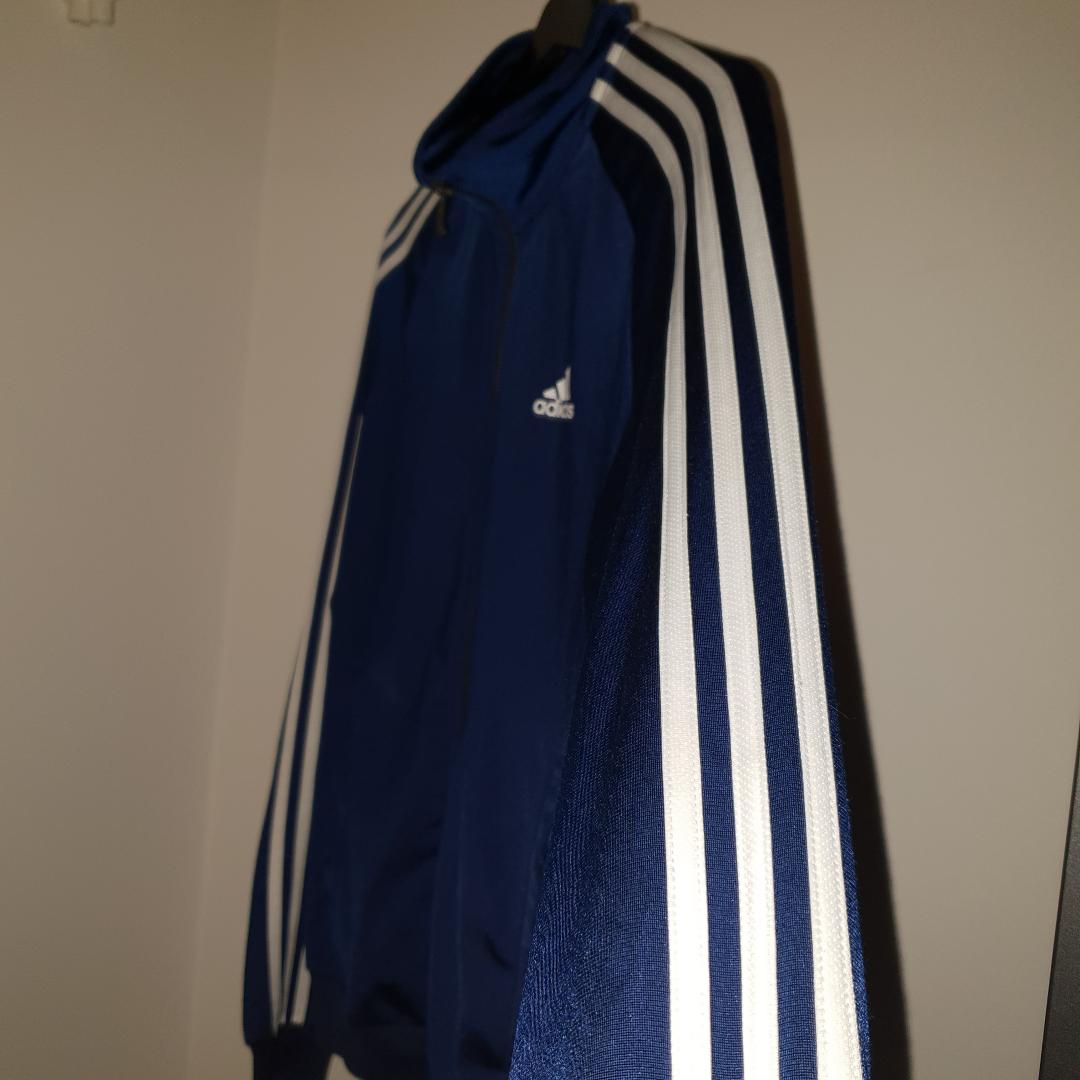 Adidas tröja cond: 8/10 Marinblå Priset kan diskuteras vid snabbaffär. Huvtröjor & Träningströjor.