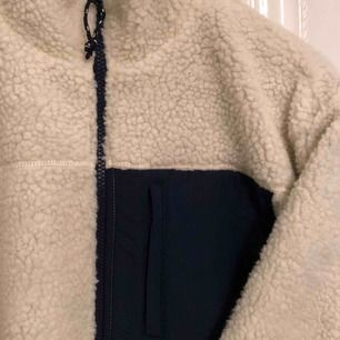 Supermysig tröja!!! Säljer då den aldrig kommit till användning, alltså är den i nytt skick. Strl S men sitter som M. Frakt - 100kr. (haha plick får den att se gul ut men den e vit -.-)