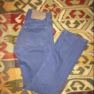 blåfärgade levis från humana! rak passform! några fläckar på ena benet som kommer gå bort i tvätten:-)