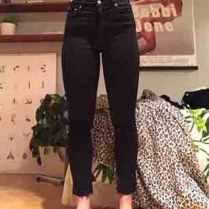 Snygga svarta jeans i modellen Way från Weekday. Avklippta då de var lite för långa för mig. Tyvärr för stora i midjan så säljer dem nu!