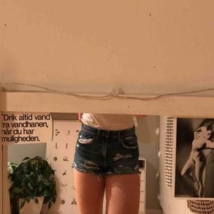 Jeansshorts med slitningar från Zara. Sparsamt använda:)