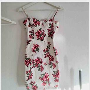 Fin jeansklänning med blommigt mönster.  Endast provad.