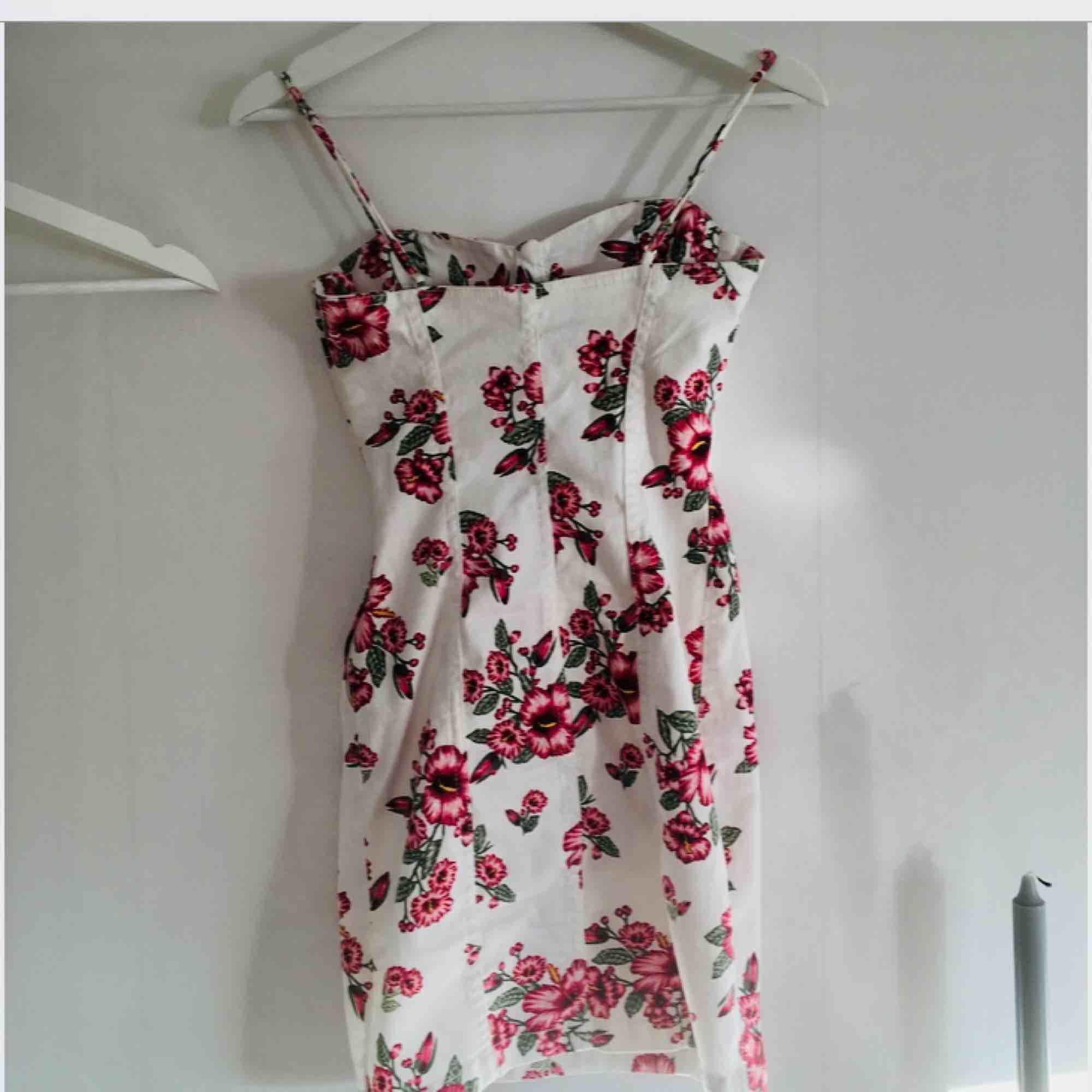 Fin jeansklänning med blommigt mönster.  Endast provad. . Klänningar.