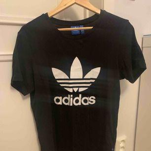 Jättefin adidas t-shirt i storlek XS. Är stor i storleken så skulle säga att den är mer som en S/M. Köparen betalar för frakten! :)