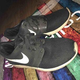 Ett par fake Nike Roshe runs. Storlek 37. Använda och därav det billiga priset