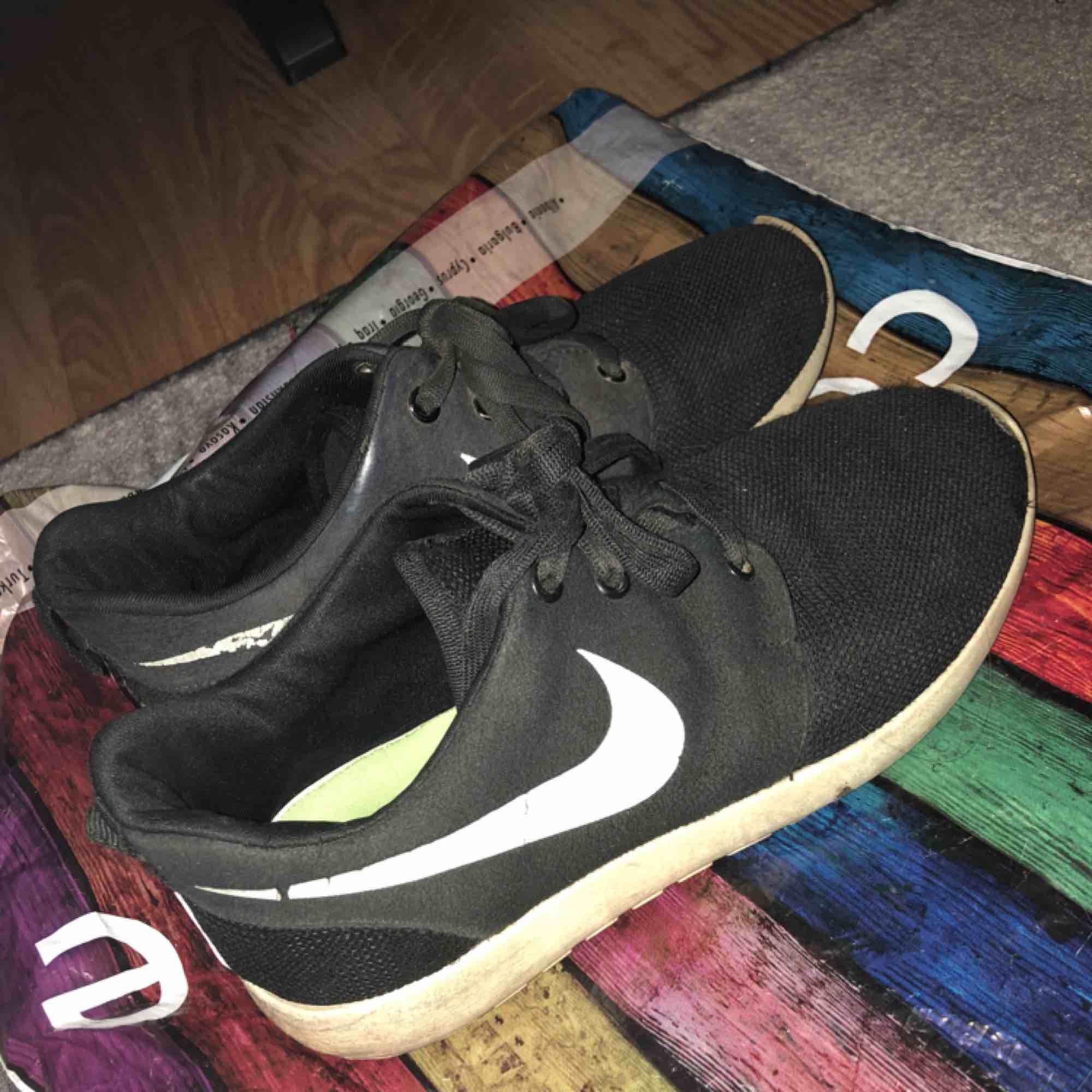 wholesale dealer 6ac84 e045b Vit Blå Nike Shox NZ Skor Kvinna 68719 Billiga Nike Skor Utlopp, Nike Air  Jordans · Använda och därav det billiga priset Ett par fake Nike Roshe runs.