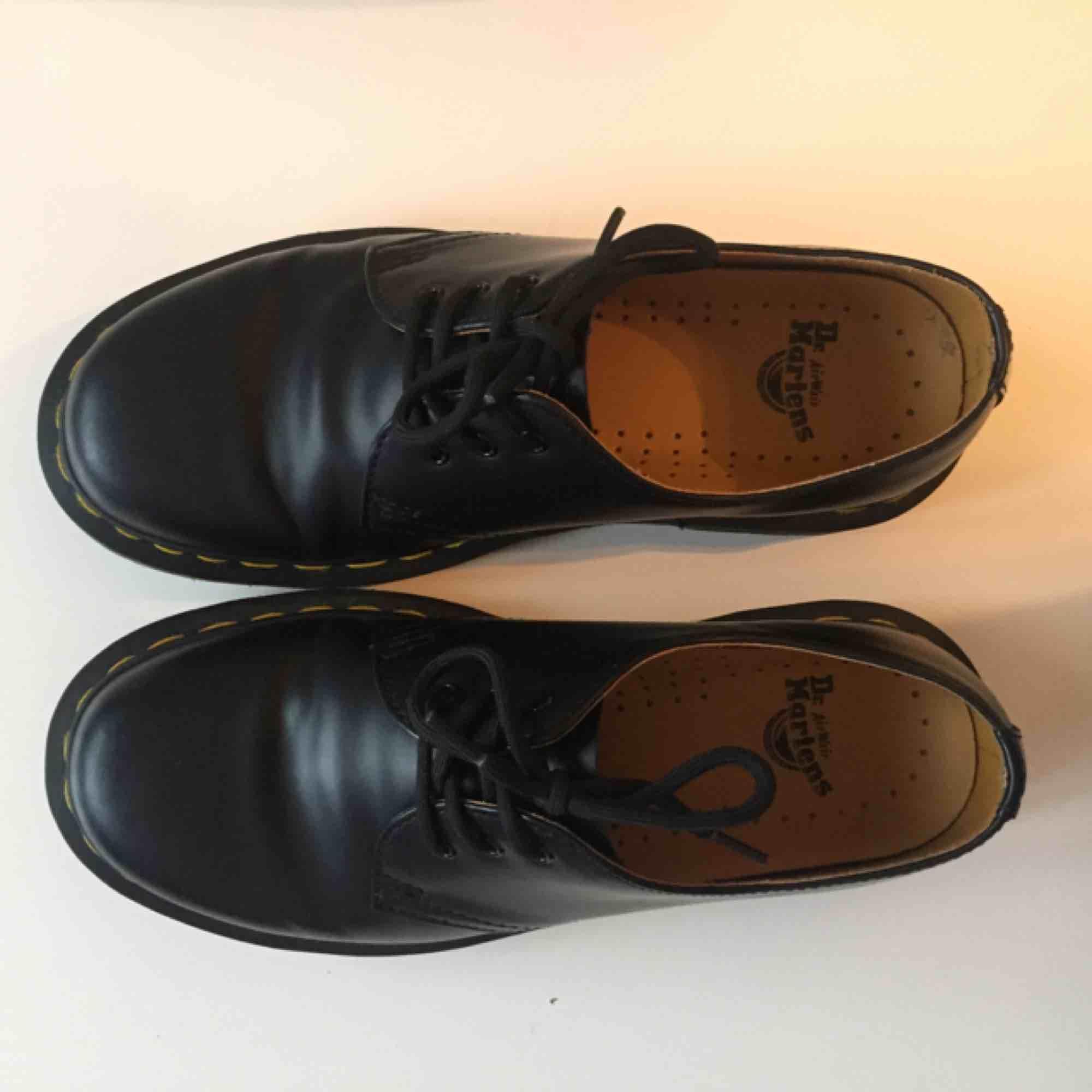Säljer ett par Dr martens 1461 smooth i storlek 37. Skorna är i läder. De är använda ett fåtal gånger men säljes p.g.a fel storlek. Nypris 1500:-. Skokartong finns kvar och skorna finns för upphämtning i Uppsala. Kan också skickas mot frakt. . Skor.