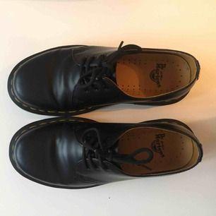 Säljer ett par Dr martens 1461 smooth i storlek 37. Skorna är i läder. De är använda ett fåtal gånger men säljes p.g.a fel storlek. Nypris 1500:-. Skokartong finns kvar och skorna finns för upphämtning i Uppsala. Kan också skickas mot frakt.