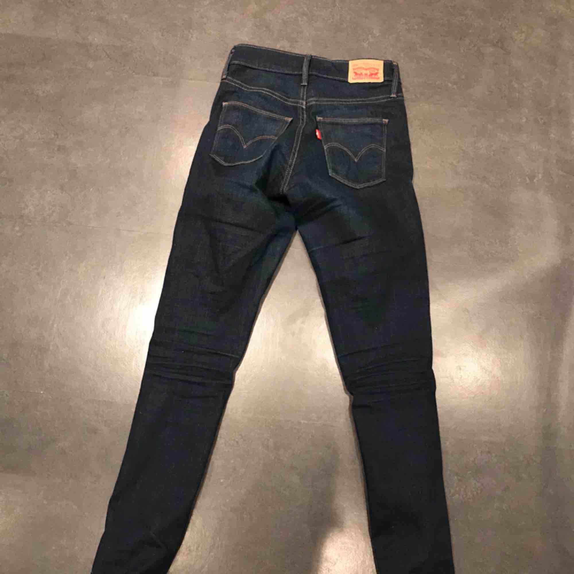 Levis jeans andvända ca 2 gånger i väldigt bra kvalitet. Modell slimming skinny och väldigt tajt passform. Jeans & Byxor.