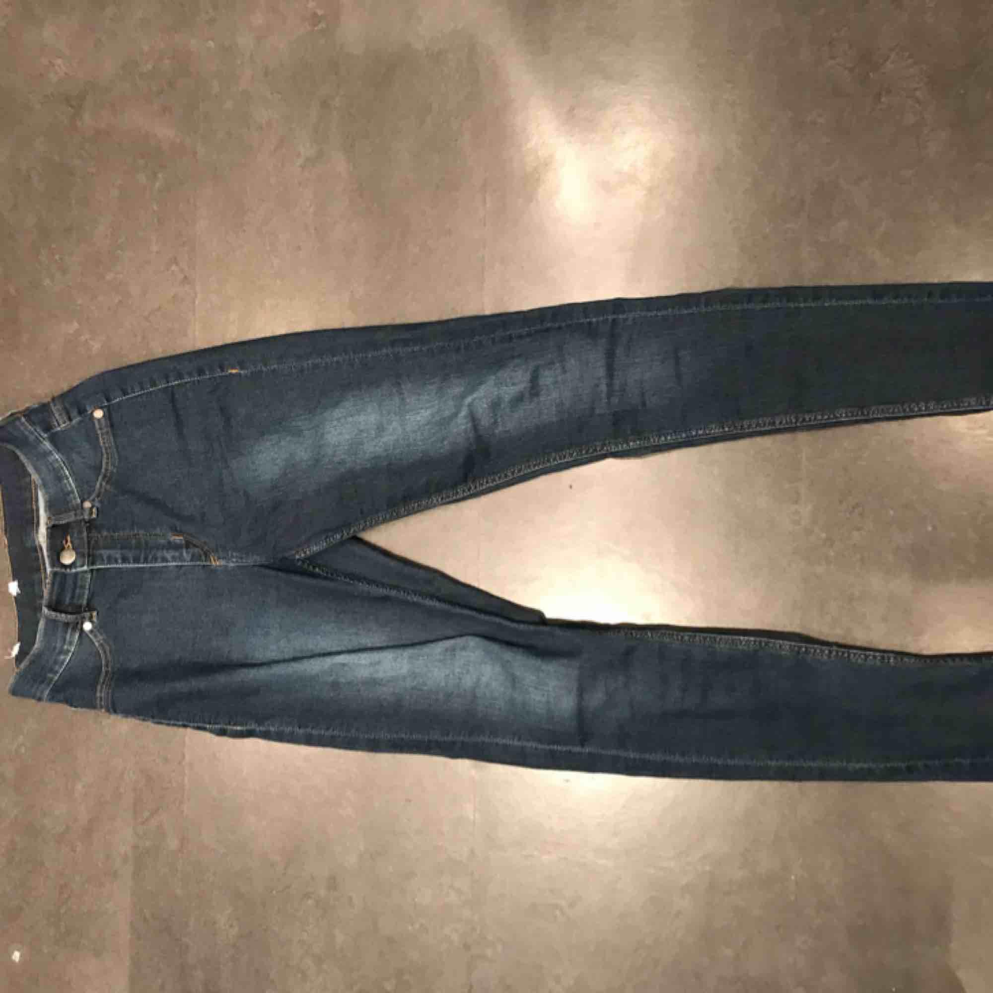 Högmidjade stretshiga jeans från märket cheapmonday i färgen mörkblå. Andvända några gånger men i bra skick. Jeans & Byxor.