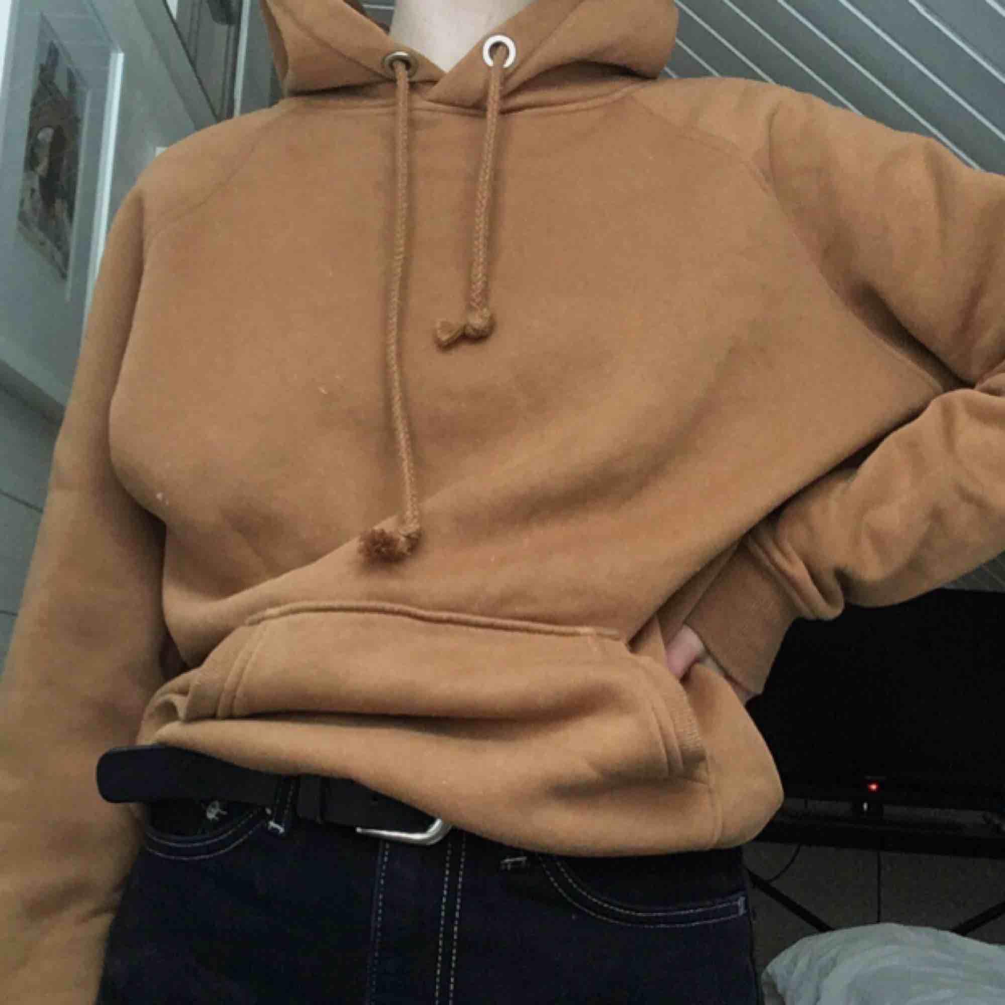 Sällan använd brun hoodie från bikbok, XS men sitter lite som en oversized hoodie, frakt 50kr. Huvtröjor & Träningströjor.