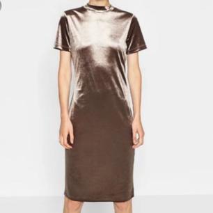 Riktigt snygg klänning i grått sammet från Zara, använd några få gånger, men fortfarande i nyskick. Nypris cirka 300 kr. Passa på och fynda nu! Frakt tillkommer vid köp🖤