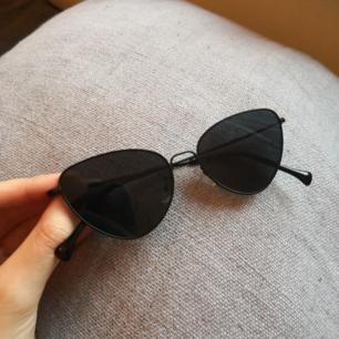 svarta cateye solglasögon, sparsamt använda!