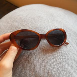 bruna cateye solglasögon från 80-90 tal, fint skick, aldrig använda av mig!