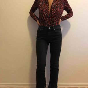 Fina smått utsvängda jeans från Zara med slits. Det är anklejeans så passar mig som är 160 perfekt men annars använts det vanligtvis som en kortare modell. Frakt tillkommer på 50 kr!🌸🌸