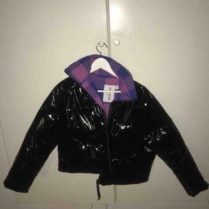 Puffer jacket i storlek s men passar bättre på xs. Är i lack material och låter inte när man går.