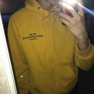 Grymt bekväm gul peak zipper hoodie i utmärkt skick. Storlek L men passar M. Toppen plagg!