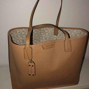 Calvin Klein väska, som är köpt i USA för några år sedan, inte kommit till användning så ofta.   Den går att vända ut&in om man vill variera med brun färg eller mönstrade sidan.