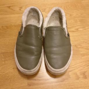 Snygga vans slip on skor, använt skick men har mycket kvar att ge! Strl. 38, US W 7,5, 24cm.  Säljes pga jag har överflöd av skor som ej används och tycker de förtjänar en bättre ägare.  150kr, inkl. Frakt ☺️